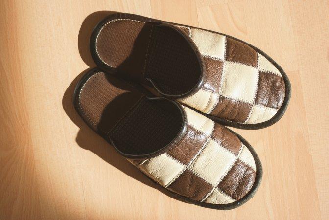 Las 24 cosas imprescindibles que debes meter en tu maleta de mano para ser un profesional de los - Zapatillas andar por casa originales ...